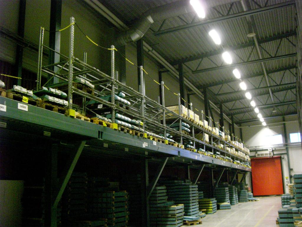 1_0001_19 Snygg montering av pallställ på nya lagret Olofsfors AB